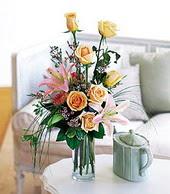 Muş çiçek , çiçekçi , çiçekçilik  cam yada mika vazo içerisinde gül kazablanka