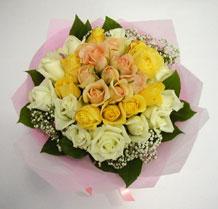 sari ve beyaz gül karisimda   Muş çiçek , çiçekçi , çiçekçilik