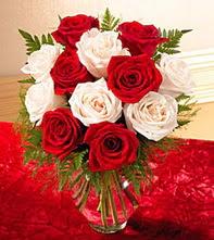 Muş uluslararası çiçek gönderme  5 adet kirmizi 5 adet beyaz gül cam vazoda