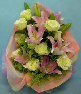 11 adet gül ve 2 adet kazablanka buketi  Muş internetten çiçek satışı
