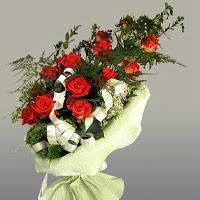 Muş ucuz çiçek gönder  11 adet kirmizi gül buketi sade haldedir