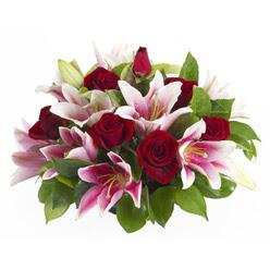 güller ve kazablnaklardan aranjman  Muş anneler günü çiçek yolla