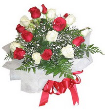 Muş çiçek , çiçekçi , çiçekçilik  12 adet kirmizi ve beyaz güller buket