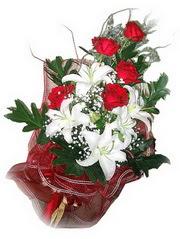 Muş kaliteli taze ve ucuz çiçekler  5 adet kirmizi gül 1 adet kazablanka çiçegi buketi