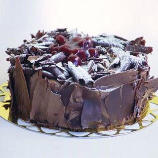 pasta yolla 4 ile 6 kisilik visneli çikolatali yas pasta  Muş çiçek siparişi sitesi