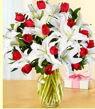 Muş çiçek siparişi sitesi  3 kazablanka 10 kırmızı gül vazosu