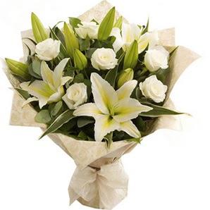 Muş anneler günü çiçek yolla  3 dal kazablanka ve 7 adet beyaz gül buketi