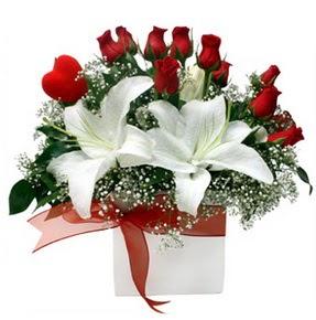 Muş çiçekçi mağazası  1 dal kazablanka 11 adet kırmızı gül vazosu