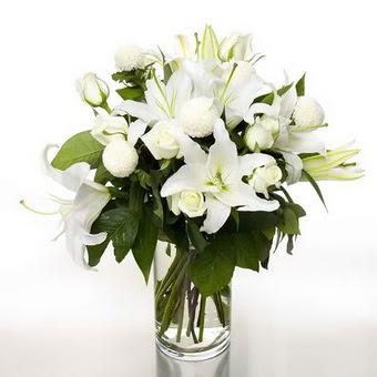 Muş çiçek gönderme sitemiz güvenlidir  1 dal cazablanca 7 adet beyaz gül vazosu