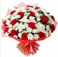 11 adet kırmızı gül ve beyaz kır çiçeği  Muş internetten çiçek satışı