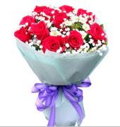 12 adet kırmızı gül ve beyaz kır çiçekleri  Muş çiçekçi mağazası